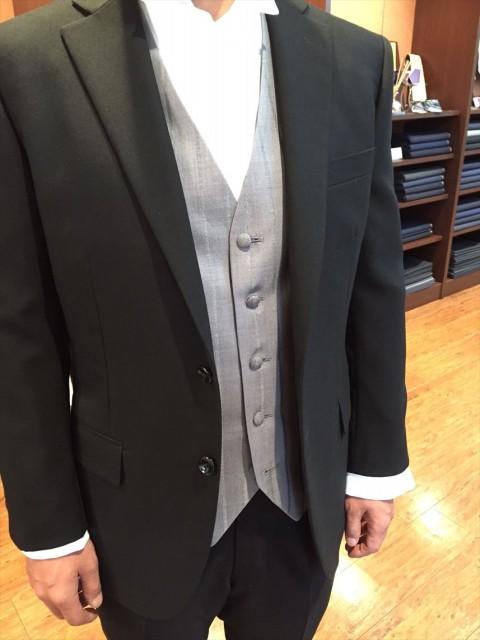 7af2176a8d0ba 写真は、礼服のジャケットとパンツに、グレーのベストを合わせたスタイルです。